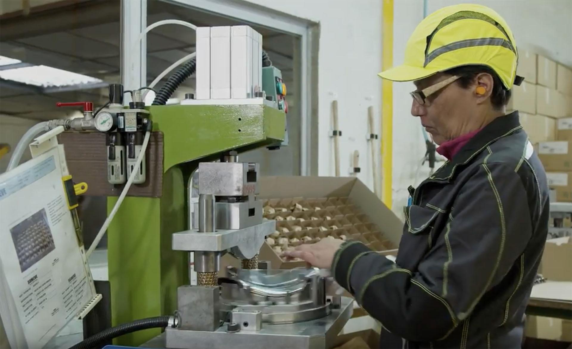 SOMEVE : Découpage et emboutissage des métaux à Caen en Normandie - assemblage de pièces plastiques sur pièces embouties en INOX